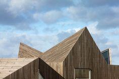 Zu dem objekthaften Ausdruck des Gebäudes trägt wesentlich bei, dass die aufgehenden Wände und die gefaltete Dachlandschaft nahtlos ineinander übergehen