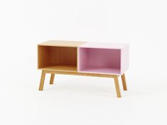 Nachtkonsole in Eiche und Rosa / Nightstand in oak and pink with a width / Table de chevet en chêne et coloris rose Small Wooden Shelf, Wooden Shelves, Retro Sideboard, Sideboard Buffet, 3 Living Rooms, Home And Living, Etagere Cube, Moving Home, Modular Shelving