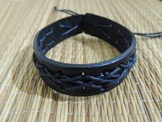 Pulseira em couro preto e cordão encerado.