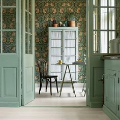 Happy Homes (@happyhomes) • Foton och videoklipp på Instagram Interior Design Jobs, Mad About The House, French Apartment, Chimney Breast, English Country Style, Colored Ceiling, London House, Modern Retro, William Morris