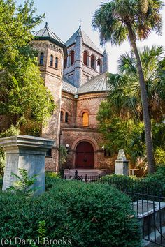 Circular Church in Downtown Charleston, South Carolina - this church has one of the oldest graveyards in the state. Passed this church on Sunday just in time to see the congregation pouring out. It's amazing to think this place is still being used. Charleston Caroline Du Sud, Charleston South Carolina, Charleston Tours, Downtown Charleston Sc, Charleston Style, Oh The Places You'll Go, Places To Travel, Places To Visit, Travel Destinations