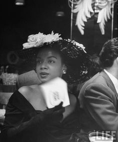 Vintage Black Glamour by Nichelle Gainer — Hazel Scott circa Photo via LIFE magazine. Vintage Black Glamour, Look Vintage, Vintage Photos, Vintage Beauty, 1940s Photos, Vintage Glam, Louise Brooks, Women In History, Black History