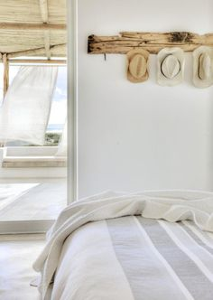 Madera, piedra y textiles en el porche