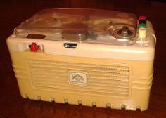 """Il mitico magnetofono GELOSO G255 ovvero il """"Gelosino"""": me lo regalò mio papà Sergio portandolo a casa da un """"viaggio"""" a Milano quando ero ancora alle elementari. Quante canzonette ci ho inciso copiandole dai vinili... spero di trovare, nascosta tra le cose, qualche vecchia bobina.."""