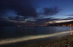 Playa al anochecer con las hogueras de San Juan