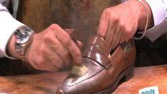 Vous venez de faire une tache de gras sur vos chaussures en cuir ? Ne vous inquiétez pas ! Rien n'est perdu ! Olivier, bottier et cordonnier de l'atelier « Stanislas Bottier » à Paris, vous donne son astuce pour rattraper cette tache de gras qui vient de tomber sur vos chaussures. Son astuce est simple : Appliquez du talc à l'aide d'une vieille brosse à dents sur la tache ! Regardez bien la démonstration de notre expert dans la vidéo et votre tâche devrait disparaître ! Vous serez bientôt…