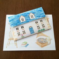 青い屋根の家のレターセットです。水彩のにじんだ感じと柔らかい輪郭をいかして描きました。封筒のフタは屋根が開く形で便箋はアンティークな雰囲気の部屋をイメージしました。あなたが探している家はどんな家ですか。誰かをやさしく迎えるための家ですか。居心地の良い部屋...