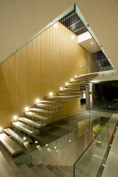 Casa V : Corredores, halls e escadas modernas por Serrano Monjaraz Arquitectos
