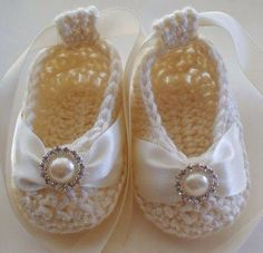 Beautiful Baby Booties in Cream Bamboo - Pearl & Crystal Buttons - Nice for christening too! Crochet Baby Booties, Crochet Slippers, Baby Slippers, Ballerina Slippers, Knitted Booties, Knitted Baby, Mode Crochet, Knit Crochet, Blanket Crochet