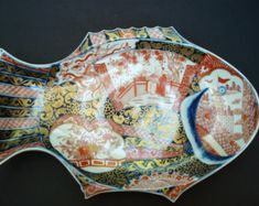 Two Figures in a Garden - Informationen zu Japanese Porcelain Early Twentieth Century Imari Fish Plate Platter. Two Figures i - Japanese Porcelain, Japanese Pottery, Fish Platter, Plate Presentation, Turning Japanese, Coral And Gold, Fish Shapes, Plates On Wall, Food Art