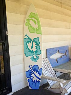 6 Foot Surfboard wall art in white with three large hibiscus flowers decor sign Blue Hibiscus, Hibiscus Flowers, Surf Room, Beach Furniture, Surf Design, Surfboard Art, Remo, Beach Crafts, Art Mural