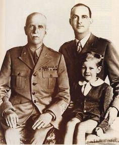 król Włoch Wiktor Emmanuel III, książę koronny Umberto i mały książę Wiktor Emmanuel