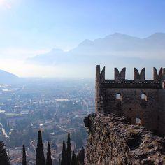 Hoje o @italiaparabrasileiros está no #Trentino para um passeio pelos #Castelos e #Mercadinhos de #Natal. Primeira etapa foi no #Castello di #Arco, perto do Lago de #Garda.  Por Deyse @passeiosnatoscana