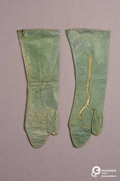 Pair of mittens, ca. 1780. Green silk.