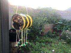 Ein Insektenhotel ist eine sinnvolle Ergänzung in jedem Garten! Welche Fehler es dabei gibt und wie ihr selbst eines bauen könnt verrate ich euch hier. #energieleben #wienenergie #insektenhotel #zerowaste #insekten #nachhaltigkeit #zerowaste Garden Hose, Zero Waste, Insect Hotel, Sustainability, Lawn And Garden