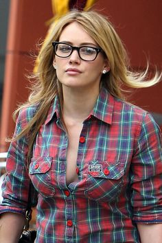 Hilary Duff style is beautiful. She wore a red tartan shirt with jeans. By the way, Hilary Duff outfits are ideal for casual wear. Hilary Duff Style, Hilary Duff Fashion, Beautiful Female Celebrities, Beautiful Women, Beautiful Eyes, Vaquera Sexy, Haylie Duff, Pernas Sexy, Tartan Shirt