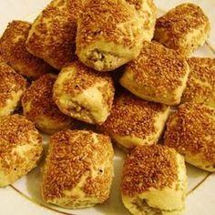 Oda sıcaklığındaki margarin ve un yoğrulur, daha sonra diğer malzemeler de eklenip kulak memesi yumuşaklığında bir hamur hazırlanır. Gerekirse un ekle...