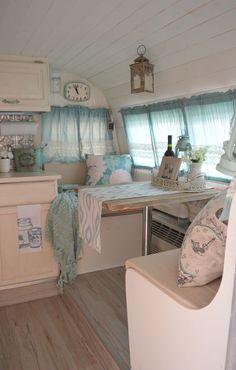Mooi lichtblauw camper interieur