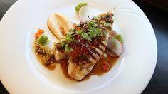 Kveite med brunet blomkålpuré og soyasmør Fun Cooking, Herbalism, Seafood, Steak, Food And Drink, Mexican, Ethnic Recipes, Drinks, Happy