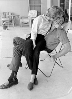 Clint Eastwood en 1960 descansando con su esposa en un sillón BKF