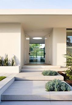 Palm Springs style is one of the year's biggest home decor trends and it's easy to see why! Here's what you need to know about the iconic look. Palm Springs Häuser, Palm Springs Style, Entrance Design, House Entrance, Modern Exterior, Exterior Design, Modern Landscaping, Facade House, House Front