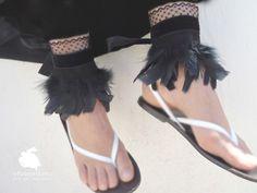 Cubre sandalias Ibiza. Encaje y terciopelo ideal para dar un toque personal a tus pies, en las noches de verano.