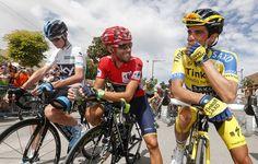 Alejandro le cuenta un chiste a Alberto Contador; Chris Froome parece no haberlo cogido.