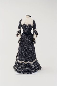 Day dress ca. 1900 From the Bunka Gakuen Costume Museum