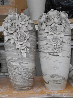 Complementi d'arredo in porcellana fatti a mano. Piccoli capolavori in porcellana di Capodimonte, una lunga tradizione artigianale per gli… Plaster Crafts, Plaster Art, Concrete Crafts, Vase Crafts, Clay Crafts, Ceramic Flowers, Clay Flowers, Bottle Art, Bottle Crafts