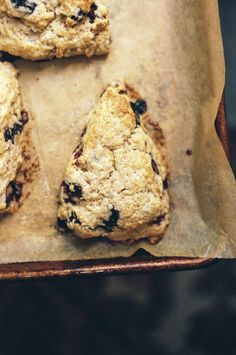 easy blueberry spelt scones (cream and butter so a little bit naughty! Spelt Recipes, Cake Recipes, Flour Recipes, Brunch Recipes, Yummy Recipes, Dessert Recipes, Croissants, Biscuits, Muffins