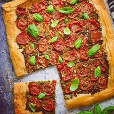 This summery tomato pesto tart is vegan but surprisingly cheesy thanks to miso in the pesto and nooch in the garlicky breadcrumbs. 🇪🇸 Tarta de tomate y pesto vegano con masa filo. Vegan Samosa Recipes, Vegetarian Recipes Dinner, Dinner Recipes, Vegan Jambalaya, Jambalaya Recipe, Tomato Rice, Tomato Pesto, Black Eyed Peas Recipe Vegetarian, Tofu
