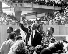 """""""Cuando salí de la cárcel ésa era mi misión: liberar tanto al oprimido como al opresor. Hay quien dice que ese objetivo ya ha sido alcanzado, pero sé que no es así. La verdad es que aún no somos libres; solo hemos logrado la libertad de ser libres, el derecho a no ser oprimidos. Ser libre no es simplemente desprenderse de las cadenas, sino vivir de un modo que respete y aumente la libertad de los demás"""" (Nelson Mandela)."""