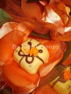 Docinho com banho de chocolate decorado com flores.