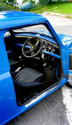 Classic Mini Custom Interior Love the seats Mini Cooper Custom, Mini Cooper S, Mini Cooper Clasico, Classic Mini, Classic Cars, Mini Cooper Interior, Camaro Interior, Mini Morris, Custom Consoles
