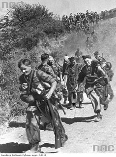 German Paratroopers from Fallschirmjäger-Regiment 5/Division Hermann Göring during the march on the Italian front on 1 October 1943. Some were carrying MG 42. They were the few remnants from the Tunisian campaign, during their short stay in Italy before leaving for the eastern front in early November 1943.