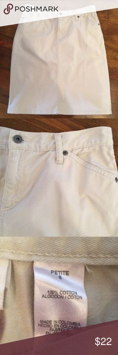 """Liz Claiborne Twill Skirt In excellent preloved condition. Liz Claiborne twill 5 pocket skirt in a neutral stone color. Perfect go to! Waist is 15"""" and the length is 21"""". Size 8 petite. Liz Claiborne Skirts Pencil"""