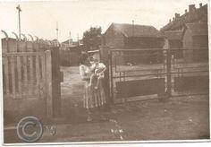 Podwórko pomiędzy budynkami przy ulicy Szymanowskiego,a ogrodzeniem Zakładu karnego.Lata 60 XX wieku.( fot.ze zbiorów Henryka Nikisza