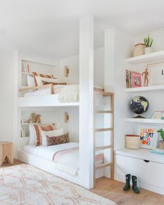 my scandinavian home: Relaxed Californian Meets Modern Scandinavian In An Incredible Family Home - shared children's room with white and wood built-in bunk bed and open shelving. Bunk Beds Built In, Modern Bunk Beds, Kids Bunk Beds, Bunk Bed Rooms, Bunk Bed Ideas For Small Rooms, Bunk Beds Small Room, Childrens Bunk Beds, Bunk Bed Designs, Small Bedroom Designs