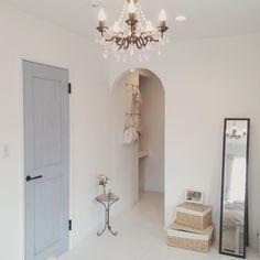 こんにちは♡ 寝室のウォークインクローゼット側です○´艸`) アールになっているウォークイン、とってもお気に入り✨ ドアと鏡を白に塗りたい! 鏡は塗ろう、これは塗ろう。 主人が独身のときから使っている年季の入ったインテリア性のない鏡です(´pωq`)笑 ここにトルソーとミシン台なんか置いたら素敵だなあ〜 ミシン台は父の家にあったのですが、知り合いのおじいちゃんが使うということでゆずってしまったとか…(つω・`。) ミシンもインテリアとしてではなく、ちゃんと使ってくれる人のところに行った方が幸せなんだろうけど… 喉から手が出るくらい欲しかった!!!笑 * * * #diy女子 #インテリア #interior #インテリア雑貨 #ナチュラルインテリア #カフェ風インテリア #カフェ風 #おうちカフェ #セリア #ダイソー #100均 #暮らし #こども #子育て #マイホーム #寝室 #ウォークインクローゼット #シャンデリア #かご