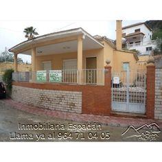 Venta chalet amueblado en la calle mayor de Peñalba. Chalet formado por vivienda en planta baja, garaje para un coche y paellero. Con amplio jardín con piscina. 150.000 €