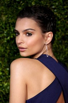 Tonys, June 2015 Emily Ratajkowski's make-up focused upon gold eyeshadow and lots of black liner, whilst her hair was styled in a plaited up-do. Red Carpet Makeup, Red Carpet Hair, Red Carpet Event, Emily Ratajkowski Vogue, Avon, Bronze Makeup Look, Brunette Makeup, Gold Eyeshadow, Plaits