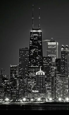 Image in Black and White🐧 collection by Sophia Iphone 5 Wallpaper, Apple Wallpaper, Wallpaper Backgrounds, Wallpapers Android, Cityscape Wallpaper, City Wallpaper, Chicago Wallpaper, Photographie New York, Dark City