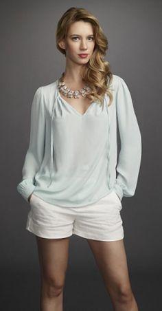Yael Grobglas as Petra Solano. She has cute outfits on Jane The Virgin