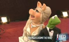 Miss Piggy & Kermit on the red carpet at the #Oscars #Muppets