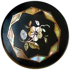 Pearl inlay on horn stud button. http://www.buttoncountry.com