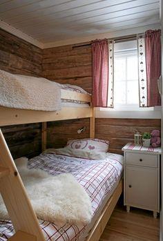 LØNN FOR STREVET: Hundrevis av arbeidstimer har gått med. Men de har fått lønn for strevet: En 85 kvadratmeters imponerende laftet drøm av en hytte.