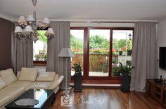 Nowoczesne zasłony w salonie na oknie tarasowym, wykonane jedynie do ozdoby, tkanina mięsista, lejąca z rodziny welurów miękko opadająca na podłogę, dekoracja okien, tkaniny zasłonowe, dekoracje okienne warszawa