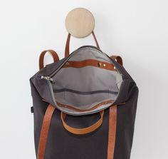 Diese tolle Tasche ist gleich 3 in 1: Schultertasche, Rucksack und Handtasche! Multifunktional und je nach Bedarf tragbar! Sie besteht außen aus festem, dunkelgrauem Canvas; innen ist die...