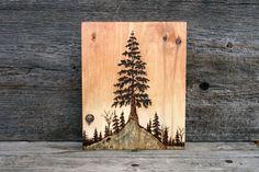 Este hermoso árbol majestuoso ha quedado reducido a un pedazo de madera rescatado con un proceso llamado pirograbado o comúnmente conocido como leña. He añadido un lavado suave en cálidos tonos ocres para crear una puesta de sol en el cielo y para realzar la maravillosa veta de la