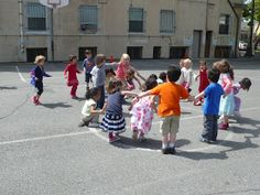 preK pasadena 2011/2012: MOTRICITE: Les jeux collectifs et les ateliers de lancer Activity Games For Kids, Physical Education, Ballons, Street View, Animation, Sports, Tour, Stage, Activities